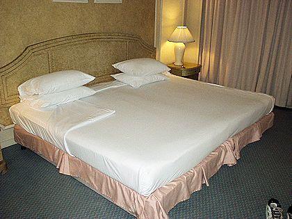 エメラルドホテルのキングサイズのベッド