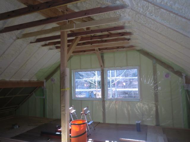 清水屋根断熱の下に三角の空間