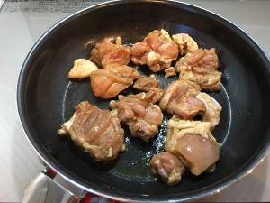 鶏もも肉を焼く