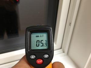 ハニカムを完全に閉めた窓ガラスの下の隅の温度