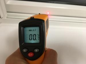 ハニカムを完全に閉めた窓の樹脂サッシの温度