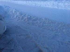 除雪車が置いてった家の前の雪