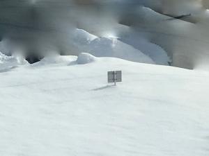 雪に埋まった看板