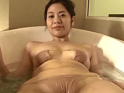 希帆ちゃん水着が薄すぎてマンスジが丸見えになっている動画