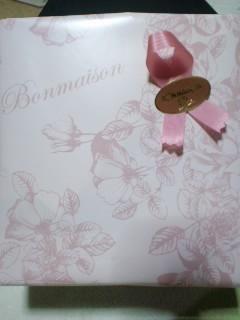 可愛いピンクのラッピングの箱