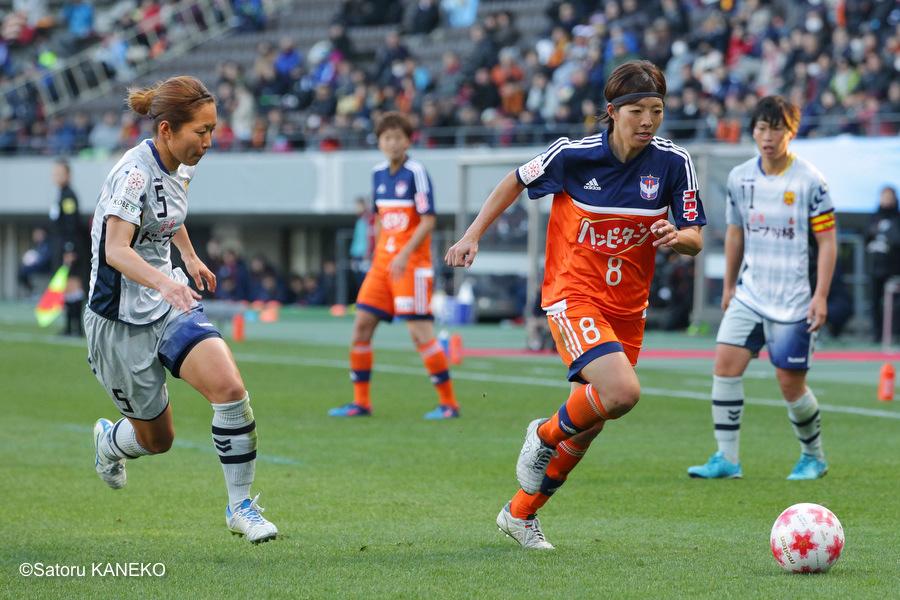 後半、ドリブルで攻める新潟・大石(右)とマークするINAC神戸・甲斐。甲斐はこの試合を最後に引退し有終の美を飾った