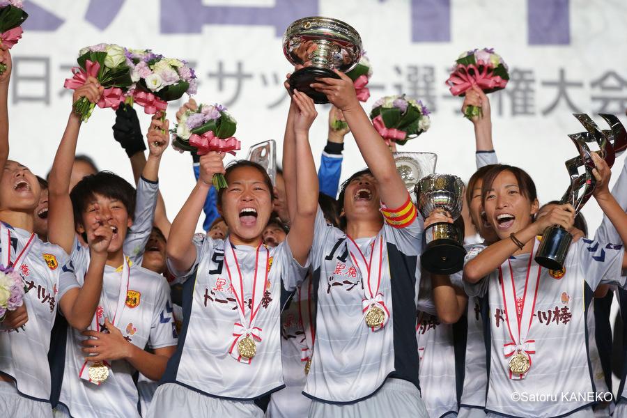優勝し皇后杯をかかげて喜ぶINAC神戸の選手たち