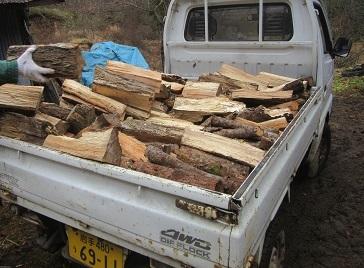 薪を運ぶ ペ
