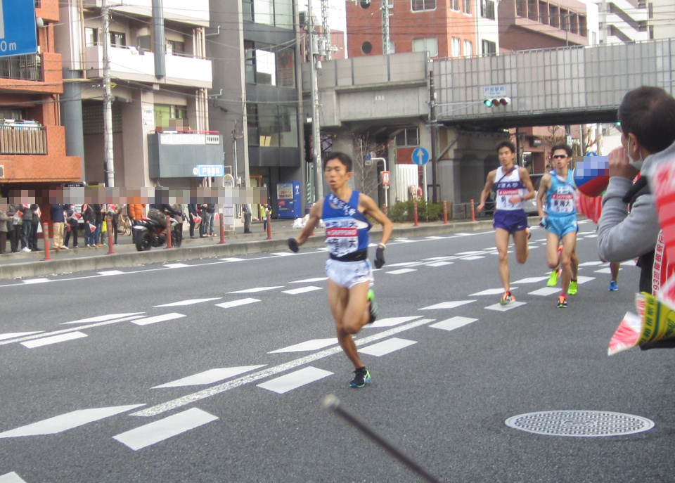 第93階箱根駅伝往路2区をトップで走る鈴木健吾選手