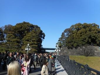 ③皇居・二重橋より宮殿方面を見る