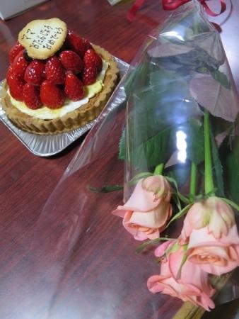 イチゴのタルトとピンクのバラ