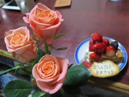 ピンクのバラとイチゴのタルト