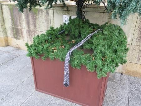 ツリーの下のネクタイ