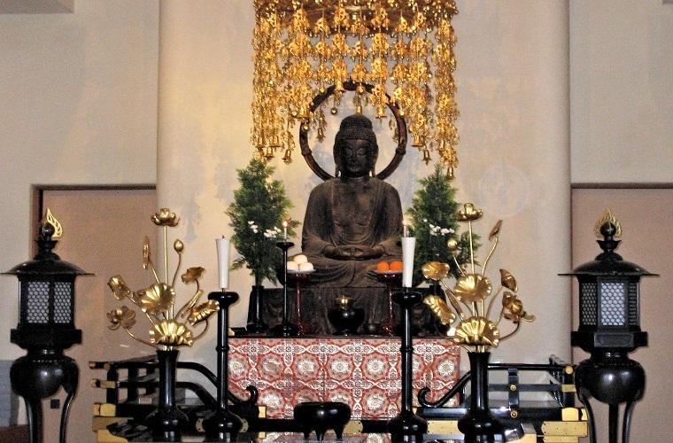 本堂に祀られる西光寺・阿弥陀如来像