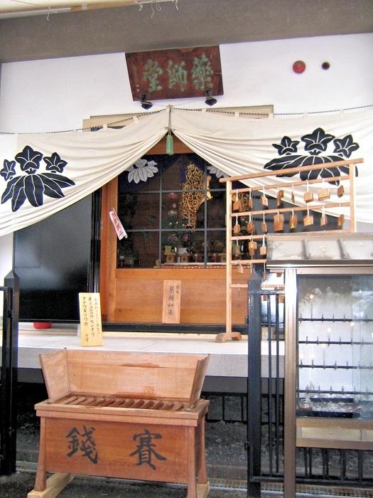 薬師如来像が祀られる六道珍皇寺・薬師堂