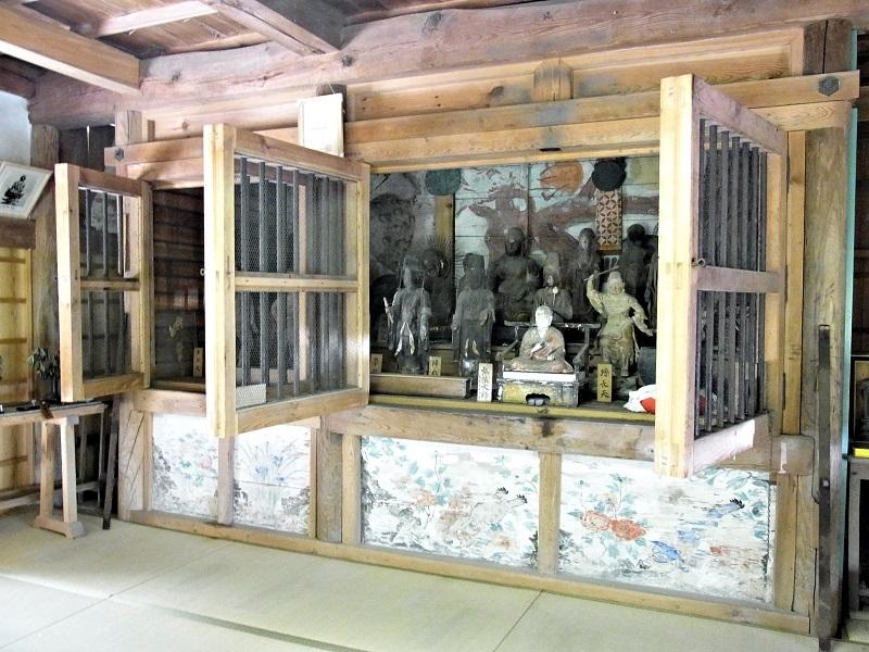 薬音寺堂内の須弥壇に、所狭しと並ぶ古仏群