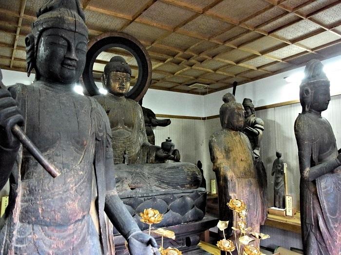 善根寺・収蔵庫内の古仏群