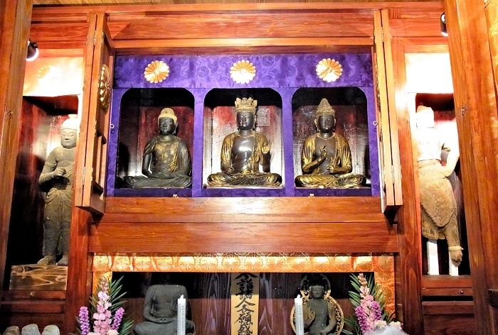 収蔵庫に祀られる大谷寺・三所権現像