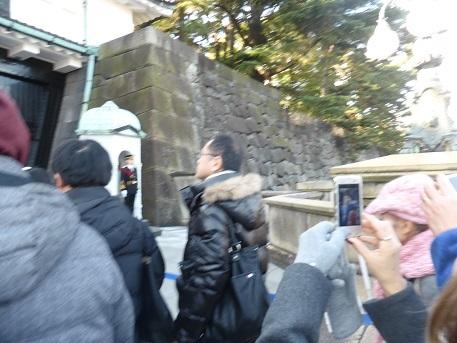 石橋を渡って正門