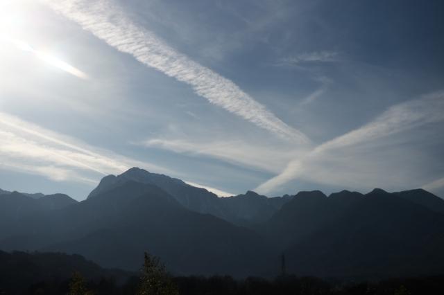 甲斐駒ヶ岳と飛行機雲のコラボ-01