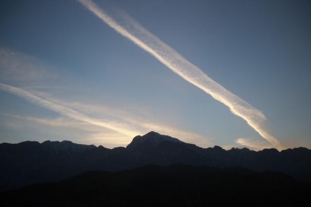 甲斐駒ヶ岳と飛行機雲のコラボ-02
