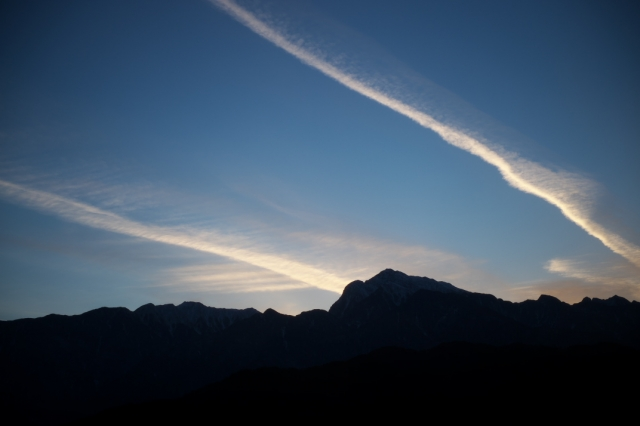 甲斐駒ヶ岳と飛行機雲のコラボ-03