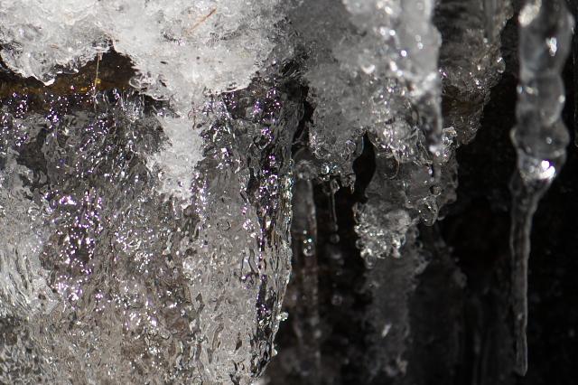 用水路にできた氷-01
