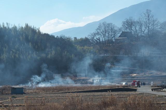 消防団総出の野焼き-03