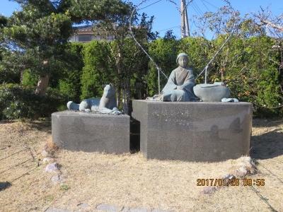 駅前小公園にの伏姫・八房の石造