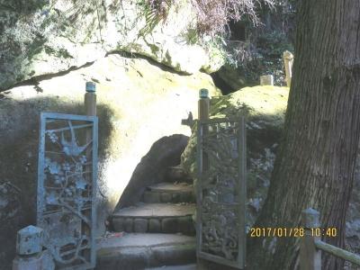 伏姫・八房籠穴入口