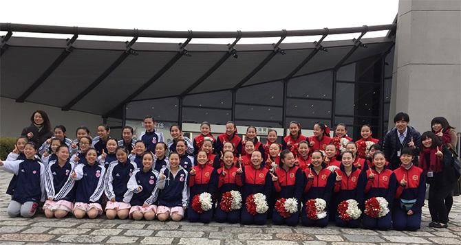 全国大会に出場した幸福の科学学園那須本校中学チアダンス部(右・赤のユニフォーム)と、同学園関西校中学女子ダンス部(左・紺のユニフォーム)。