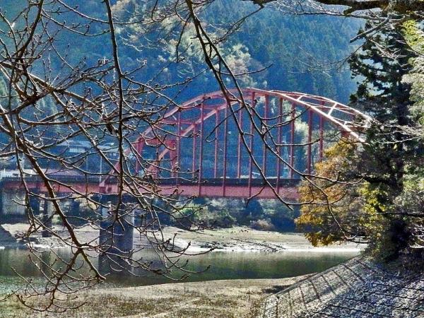 赤い橋が目印
