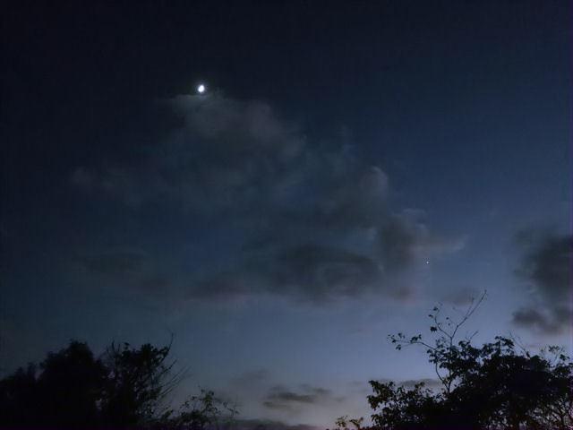 会社の駐車場からみた夕暮れ時の空-1-2