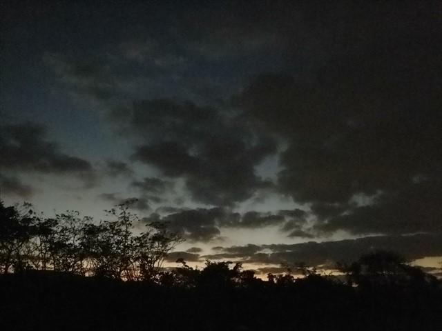 会社の駐車場からみた夕暮れ時の空-2-1