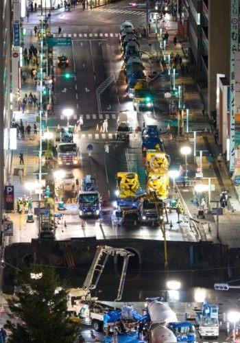 博多駅前 ミキサー車の列