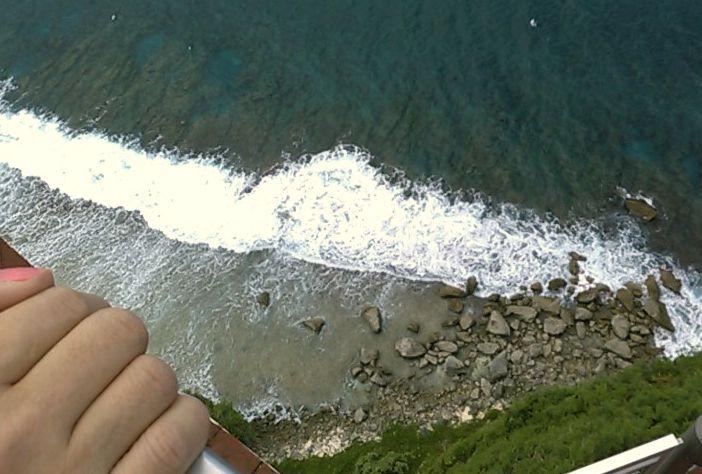 恋人岬の断崖絶壁