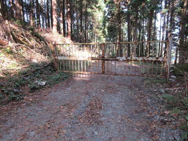IMG6440JPG石碑上の鉄製ゲートの林道を進む