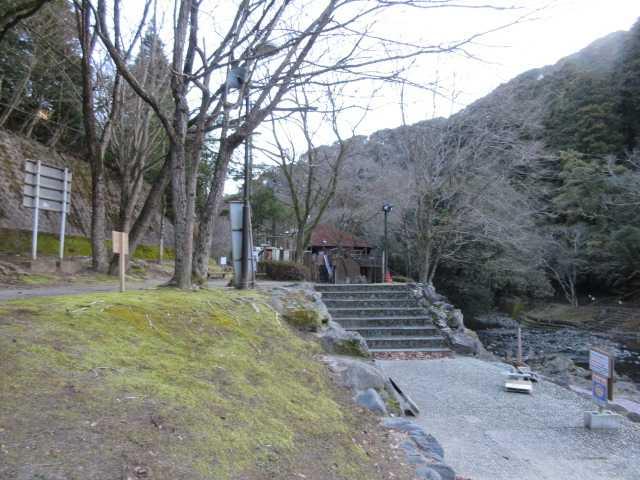 IMG7683JPG管理棟先谷に下りて小橋を渡る