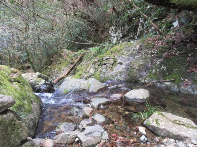 IMG7925JPG1の滝下方の渡渉鉄の橋大雨で流出