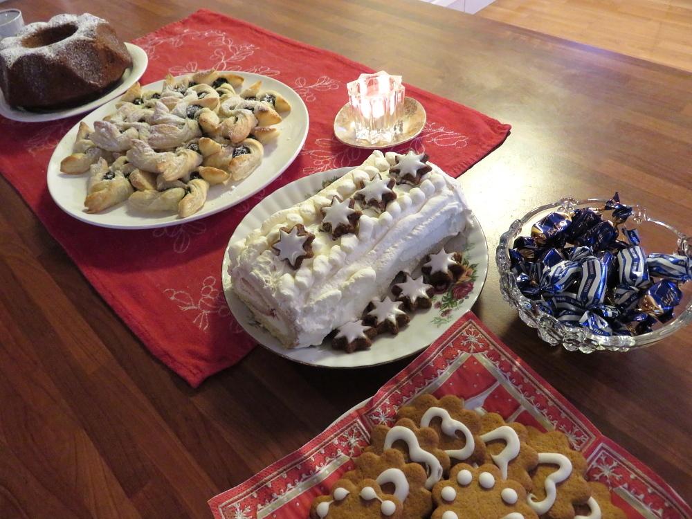 フィンランド クリスマス スィーツ Joulukahvipöytä クリスマストルットゥ デーツケーキ ロールケーキ
