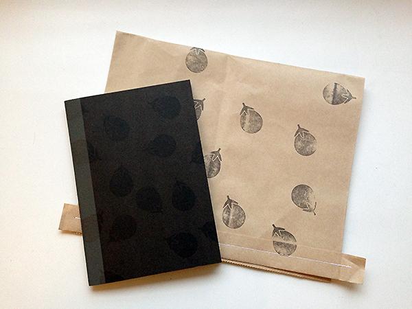 茄子柄ノートとラッピング袋
