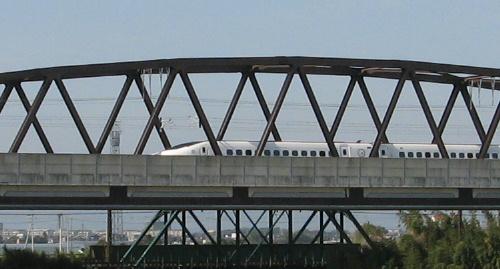 鉄橋新幹線つばめ