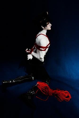 Ring Doll、Dracula Style-Bを赤い縄で縛る球体関節人形緊縛