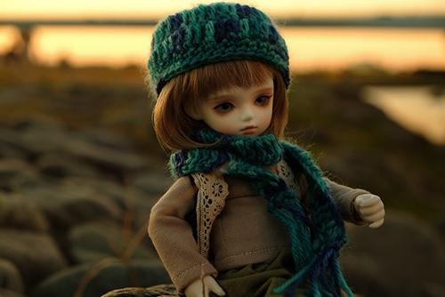 ROSEN LIED、Tuesday's child、通称・火曜子のチェルシー。森ボーイ風のお洋服に、自作の帽子とマフラーを加えて、秋の河原にお出かけ。