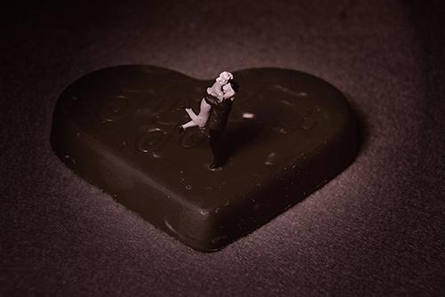 ミニチュア・ヒト写真、ハート型のチョコレートの上で、抱き合う恋人達