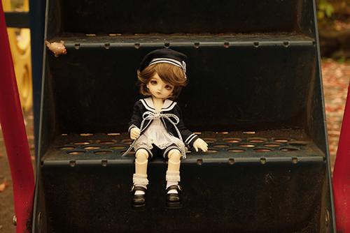 BJD CROBI-DOLL, E Line, Toriのロビン。公園の滑り台の階段に座って、なんだか遊びたさそうな顔をしている。