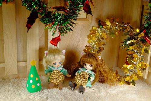 オビツ11ボディ、PARABOXヒカリちゃんヘッドをカスタムして作った猫っ子ポーと、オビツ11ボディに替えて、猫耳をつけた、グルーヴ、リトルダルプラス、ちびRISAのマオの初めてのクリスマス・イブ
