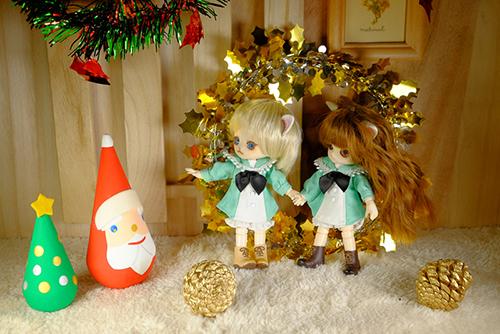 オビツ11ボディ、PARABOXヒカリちゃんヘッドをカスタムして作った猫っ子ポーと、オビツ11ボディに替えて、猫耳をつけた、グルーヴ、リトルダルプラス、ちびRISAのマオの初めてのクリスマス・イブに誰か来ました。