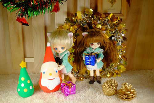 オビツ11ボディ、PARABOXヒカリちゃんヘッドをカスタムして作った猫っ子ポーと、オビツ11ボディに替えて、猫耳をつけた、グルーヴ、リトルダルプラス、ちびRISAのマオの初めてのクリスマス・イブ。サンタクロースさんからプレゼントを貰いました。