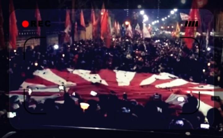 """朴大統領退陣デモ、超大型""""旭日旗""""をビリビリに引き裂くパフォーマンス"""